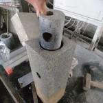 高崎市菅谷町の弊社工場にて石の花立に穴を空ける作業をしています。