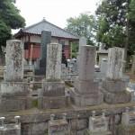 今日は、高崎市井出町の大円寺様にて、古いお石塔の高圧洗浄(そうじ)です。