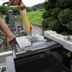今日は、吾妻町にて和型のお石塔を据え付けています。