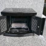 高崎市三ツ寺町のお墓に扉付の香炉を設置した後、高崎市京目町近くで納骨をしました。