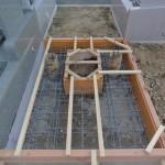 今日は、富岡市営霊園にてお墓の基礎工事、生コン打設作業です。