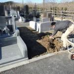 今日は富岡市営霊園にて、お墓の基礎工事です。