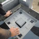 今日は、伊勢崎市境のお寺様にて、オベリスク風のデザイン墓石を取り付けています。