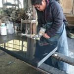 今日は高崎市菅谷町の工場で、墓誌(過去碑)の磨き直しと、戒名などの彫り直しです。
