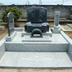 高崎市保渡田町の共同墓地にて、桔梗の花彫刻のあるグレー系御影石の洋型墓石が完成しました。