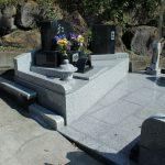 群馬県前橋市東金丸町にて、変形墓地をオシャレに設計した今までにない洋型墓石が完成しました。ゴルフ好きだった故人の為に、石のゴルフボールも作りました。