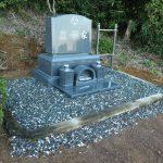 群馬県富岡市妙義町の山間部にて、三脚を使って洋型墓石を建てさせていただきました。