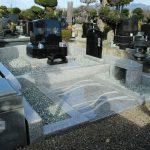群馬県高崎市営の八幡霊園35区洋式にて、リフォーム工事の洋型墓石が完成しました。白御影石のベンチが有り、お参りしやすいと喜んでもらいました。