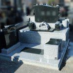 群馬県高崎市大八木町の妙音寺様にて、白御影石と黒系御影石を使った洋型墓石が完成しました。通常の洋型墓より、横幅がありシンプルですがどっしりとしてインパクトのあるお墓となりました。