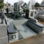 群馬県前橋市上小出町の霊園(地域墓地)にて、オシャレで伝統的な和洋型のお墓が完成しました。石種は、アーバングレー(インド産)とM1H黒(インド産)を使っています。