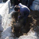 群馬県伊勢崎市八斗島町で、お墓じまい工事がありました。土に埋めた骨瓶を取り出すのに、少し苦労しました。