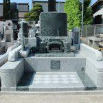 群馬県高崎市北新波町の満勝寺様にて、緑色の石でコブ出し加工のインパクトがある洋型墓石が完成しました。