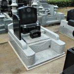群馬県高崎市貝沢町の不動寺様にて、インド産黒系御影石洋の型墓石が完成しました。墓地の大きさは、(間口)約140㎝×(奥行)約180㎝になります。