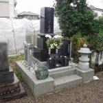 群馬県高崎市上中居町にて、高圧洗浄機によるお墓の掃除、戒名彫り、防草シートの施工をさせていただきました。