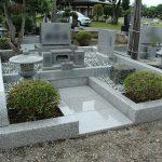 高崎市八幡霊園の37区(自由第3種)洋式にて、お墓のリフォーム工事が完成しました。植木はそのままで、土台部分を新しくしました。