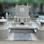 中之条町共同霊園にて、亡くなった奥様の為に娘さんお二人と旦那さんが考えた、大きいけれど可愛らしいピンクとブルーの洋型墓石が完成しました。