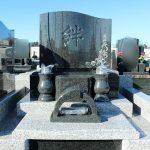 高崎市八幡霊園65区にて、洋型墓石が完成しました。施主様が、選んだ花柄がとても可愛く白と黒のコントラストが素敵です。