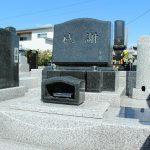 群馬県前橋市亀里町の共同墓地にて、インド産御影石を使った洋型墓石が完成しました。丸い飾りや敷石の滑り止め彫刻がお墓のアクセントにピッタリです。