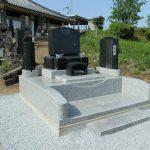 群馬県渋川市北橘町八崎にて、旧墓石撤去の後、新しく洋風墓石を建てました。平な墓地ではなかったので、整地が大変でしたが無事終わりました。