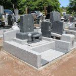 高崎市白岩町の寺院墓地にて、お位牌型の和洋型墓石を建てさせていただきました。グレーと白でシンプルですが、飽きの来ないデザインです。