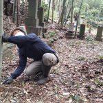 群馬県安中市鷺宮にて、旧墓石の撤去工事と、新しく洋型墓石を建てる工事がございました。撤去工事は、竹の伐採からでして機械の搬入や石材の運び出しも大変な作業でした。