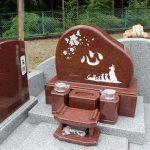 群馬県高崎市の寺院墓地にて、赤御影石のオリジナルの洋風墓石が完成しました。動物が好きだったお母様の為に、お客様が描いたイラストと文字を彫刻しました。